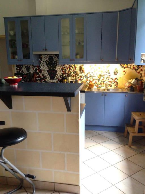 La cuisine et son comptoir.