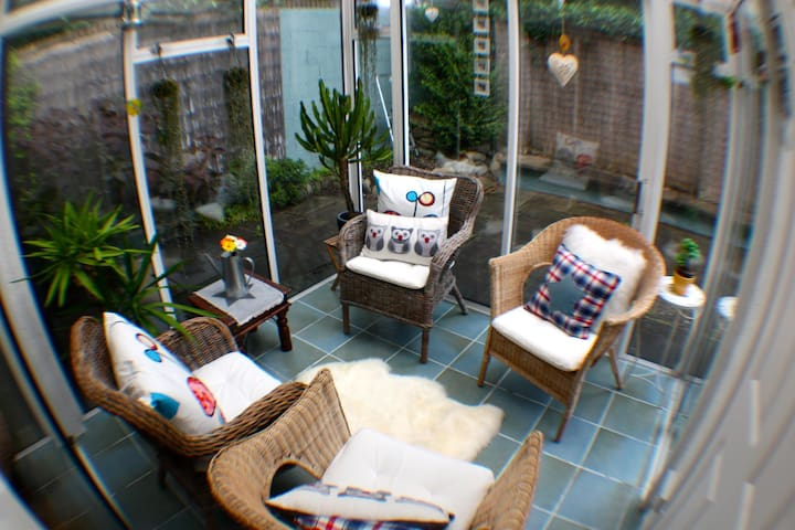 Cosy and Artsy Townhouse in Killiney - Killiney - 連棟房屋