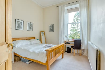 Bright double room, 2nd floor, Strathbungo.