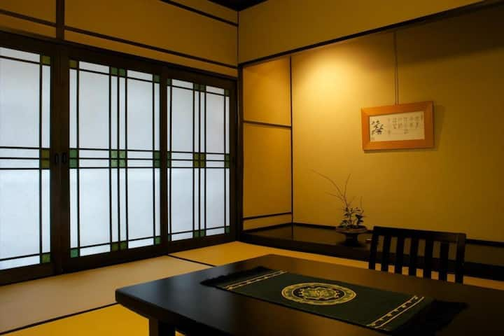 A Relaxing Stay at a Historical Hot Spring Ryokan Hotel in Arima(a tatami room, up to 5 people)歴史的木造建築の旅館,庭が見える和室【5名定員】