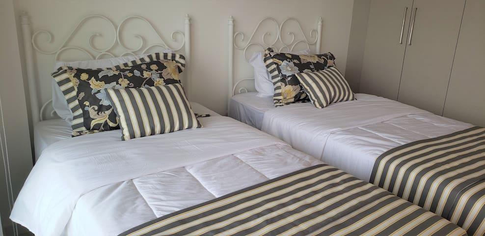Segundo dormitorio con 2 camas individuales de tipo sommier ortopédicas para un descanso inmejorable.