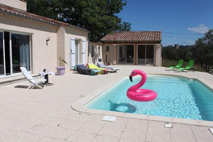 Maison moderne & calme avec piscine.