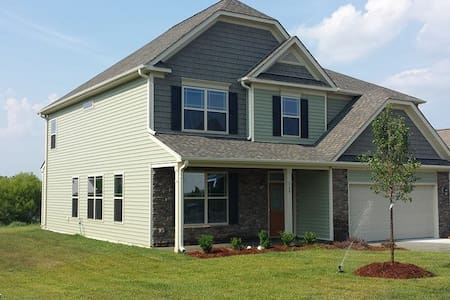 Spacious Suburban House near Elon - Whitsett - Hus