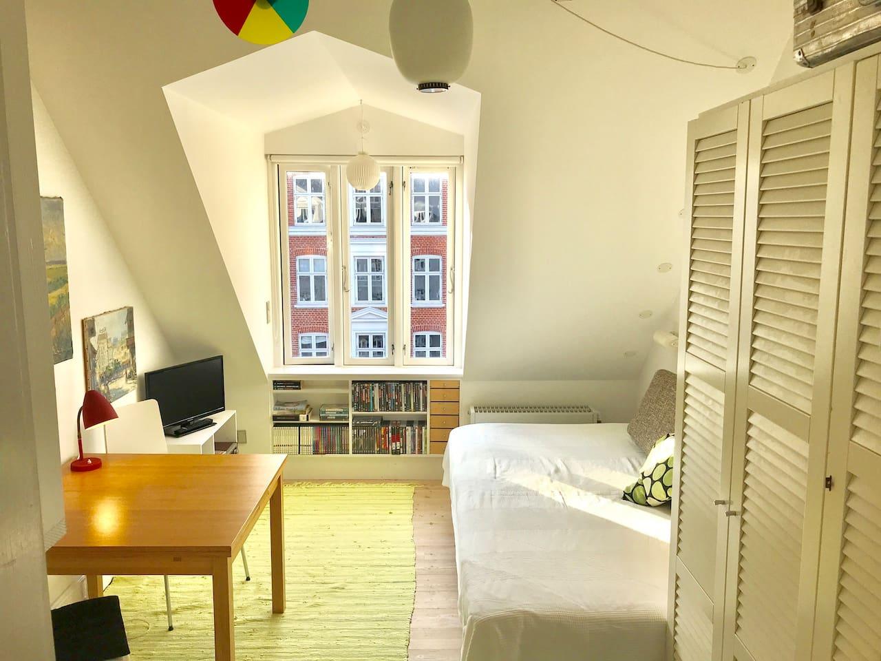 Lyst og solrigt værelse