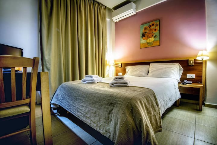 Central Double room - fast Wi-Fi - free breakfast