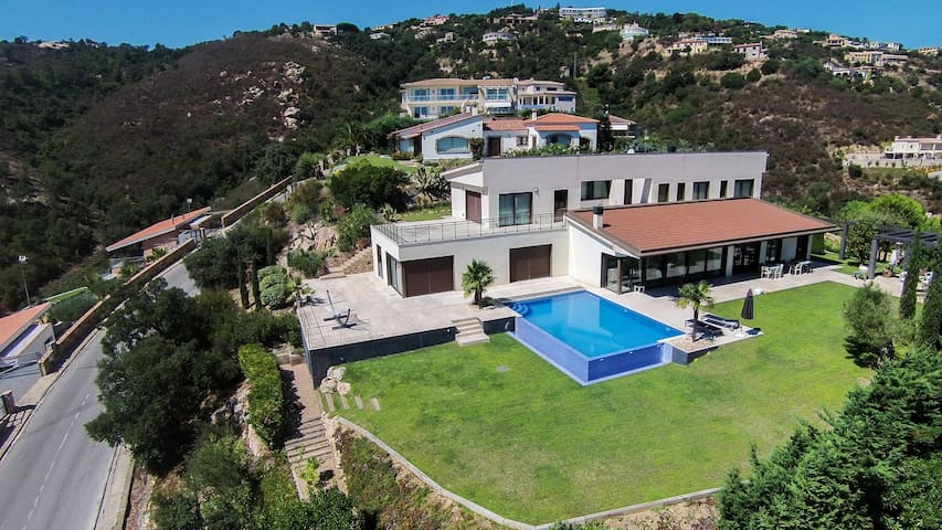 Beautiful new built villa on a flat plot with great views.