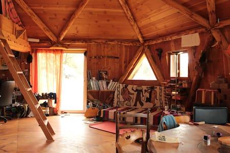 Maison ronde en bois atypique - Haus