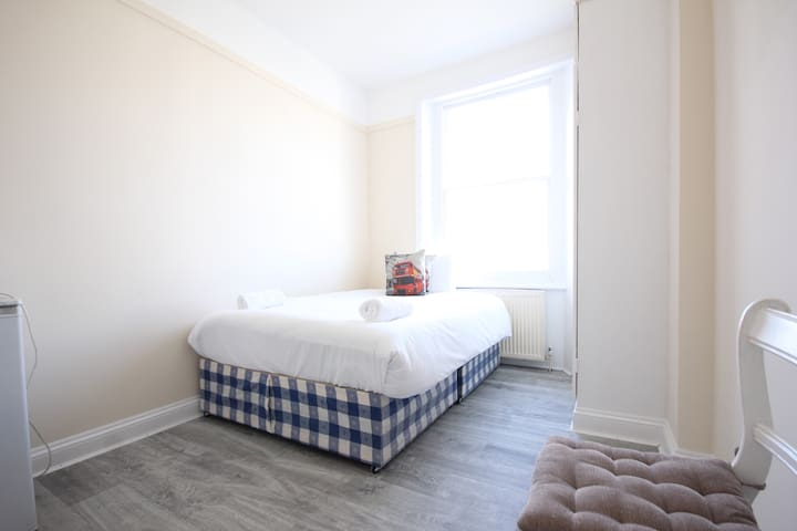 COSY BEDSIT IN EARLS COURT | 1MIN TO STATION