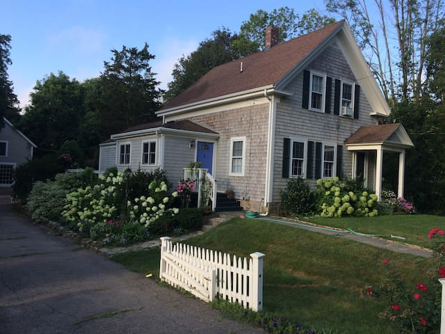 Lovely farmhouse with pretty gardens in Cohasset - Cohasset - Ev