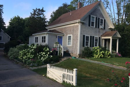 Lovely farmhouse with pretty gardens in Cohasset - Cohasset - Casa