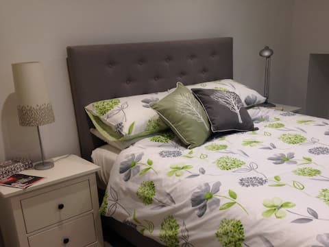 Sparkling clean flat in Guildford with parking