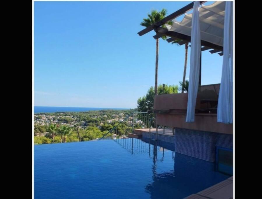 Infinite pool integrated in the villa