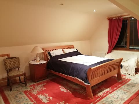 Quiet large comfy room 12 mins drive to KK City