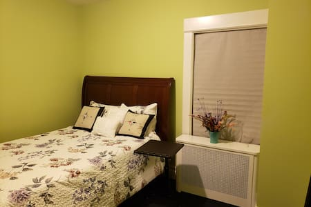 Quiet and Private Bedroom close Time S. & Downtown