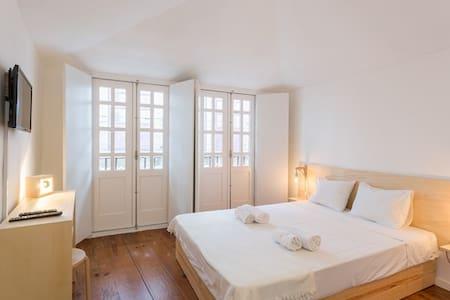 Cosy Room with balcony - Heart of Oporto - Porto - Bed & Breakfast