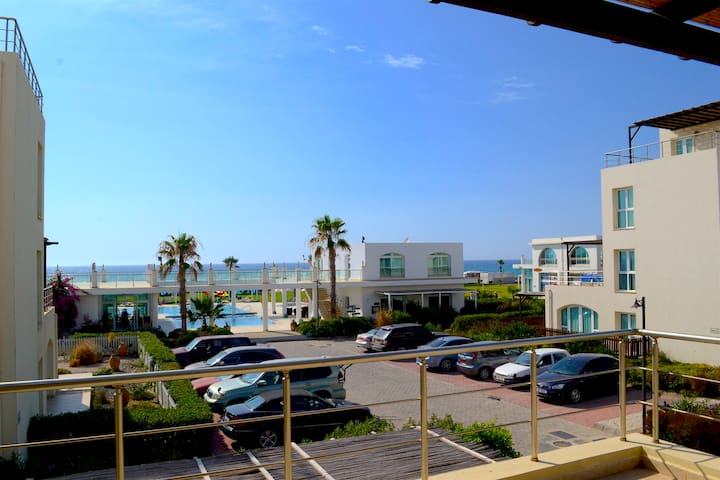 Sunny, beachfront apartment in Cyprus - Gaziveren - Wohnung