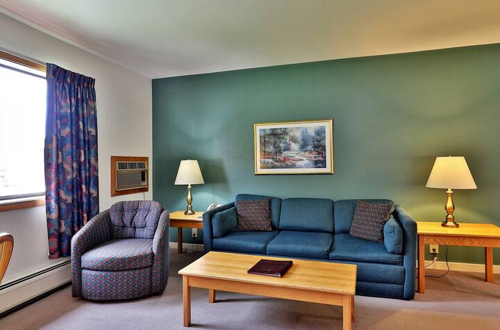 219/221 Deluxe one bedroom suite located on 2nd floor w/ outdoor heated pool
