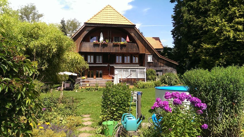 Staying in an old farmhouse in quiet area - Vechigen - Apartemen