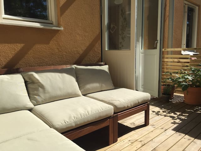 Apt. with a big patio, close to city and nature - Stockholm - Leilighet