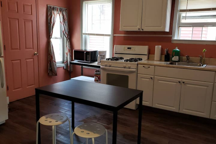 2 bedroom apt with parking, 0.8 mi to RI Hospital