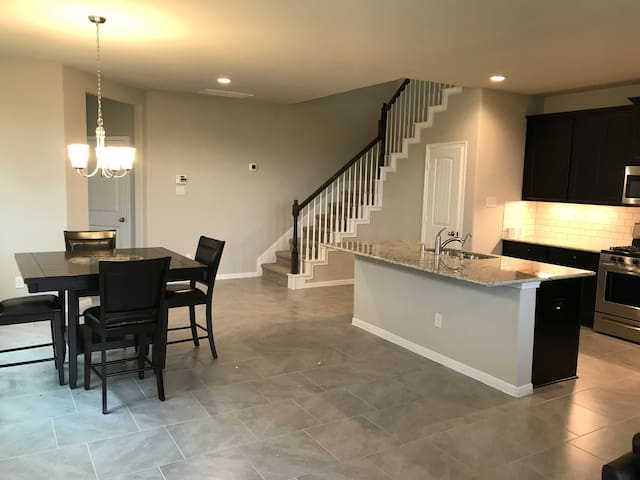 Brazos Town Center - Brand New Townhome Furnished