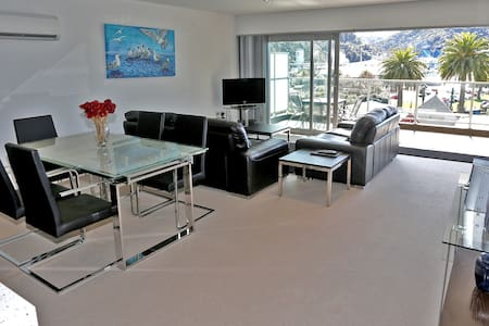 Waterfront Luxury Three Bedroom Apartment - Picton