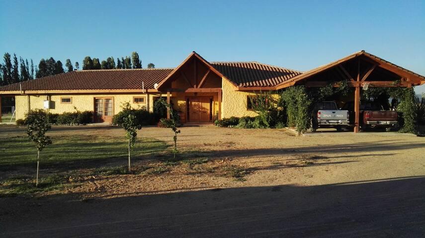 Hermosa casa con linda entrada y excelente patio de estacionamiento.