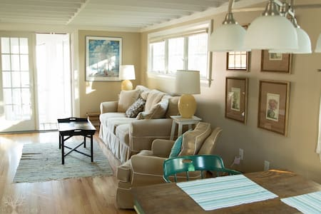 2 Bedroom Cottage - Walk to the beach in 2 minutes