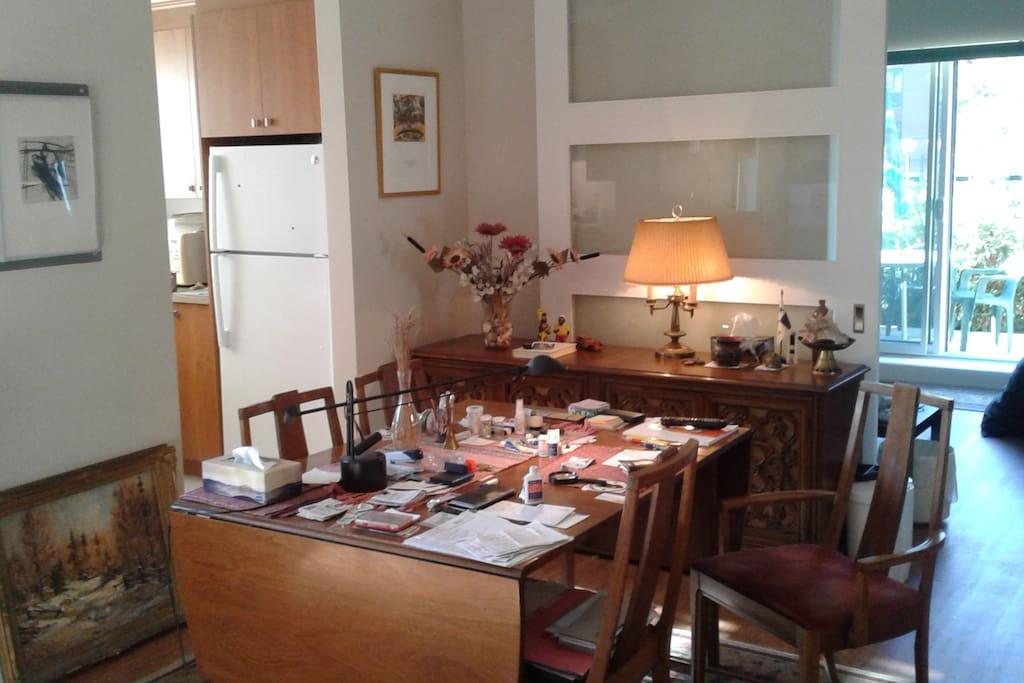 Salle à manger, cuisine, porte coulissante (+ grande chambre et patio orientés ouest).
