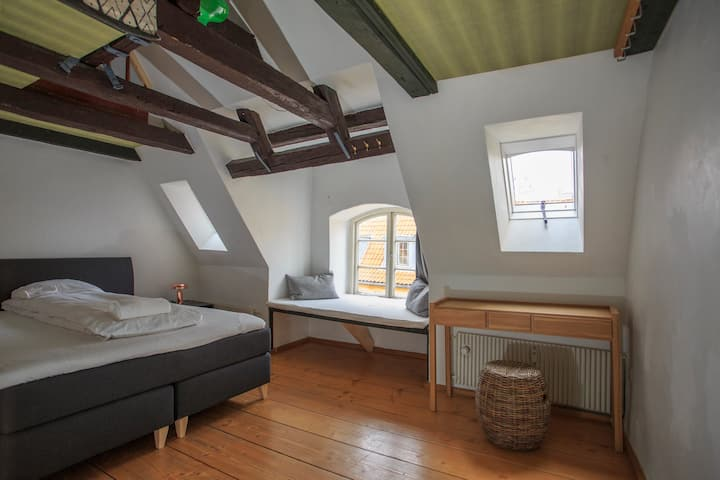 Large Quiet Double Room in City Center Townhouse