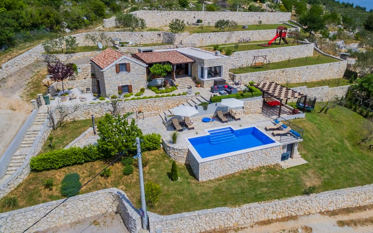 Houses, private parking, outdoor property of 3.100,00 sq.m and heated swimming pool 32 sq.m .