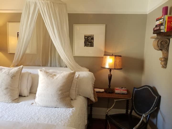 Snug & Cozy Queen Room w/Parking & BRFT!