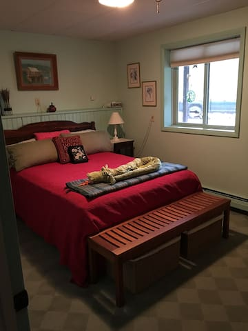 Private room 20min to Burlington, 10min to airport
