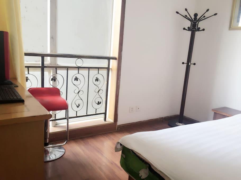 立小单间。适合一人居住,房间有WIFI,洗漱用品、拖鞋!