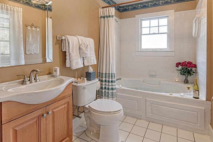 Broad River Inn Queen Jacuzzi Rm 6