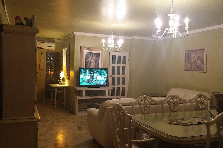 Sala, equipada con pantalla, aire acondicionado,calefacción.
