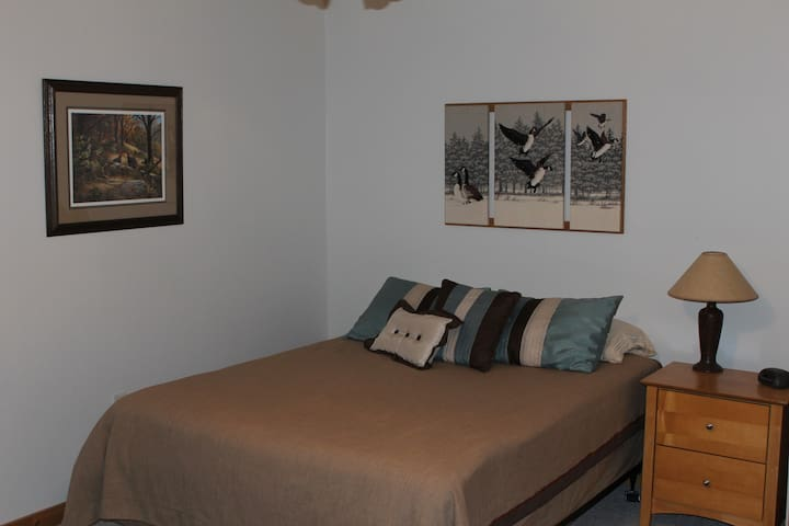 'The Bird Room' - Private bedroom with Queen Bed
