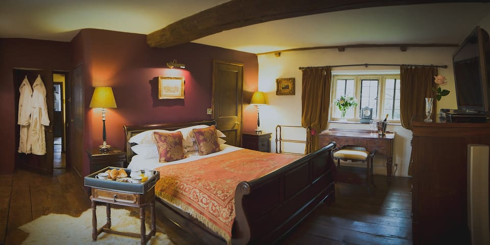 Cotswolds Couples Retreat - Luxury 16C Manor