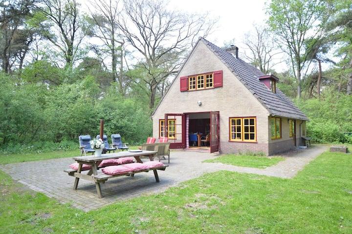Acogedora casa de vacaciones en el bosque en Zuidwolde