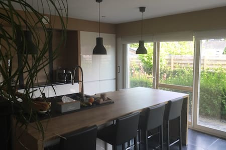 New villa + extra room (studio)near centre Ghent - Melle - Villa