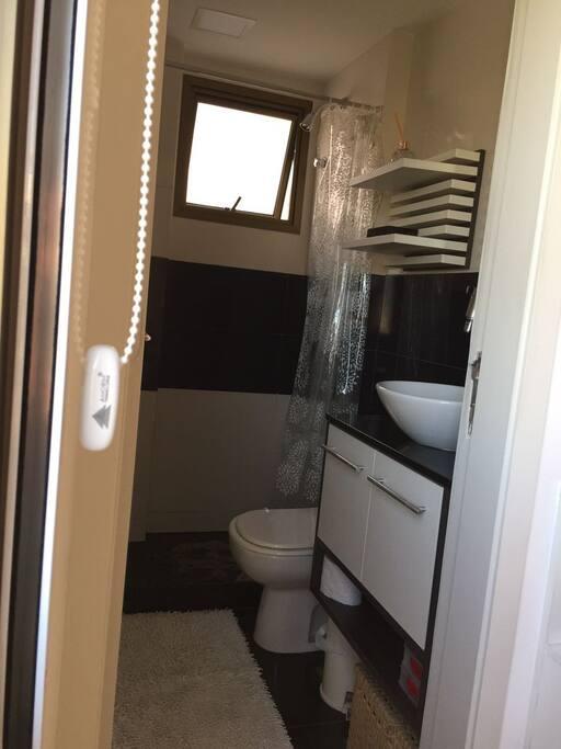 Master bedroom Ensuite / Banheiro da suíte.