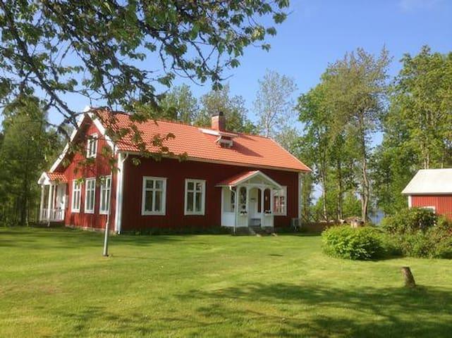 """Haus """"Sandvik Skola"""" - die alte Schule von Sandvik am Ruskensee, Jönköpings Län, Småland, Südschweden"""