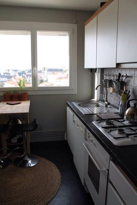 Cuisine toute équipée avec frigo, gazinière, four, lave vaisselle, plan de travail qui se transforme en table à manger 2 personnes :)