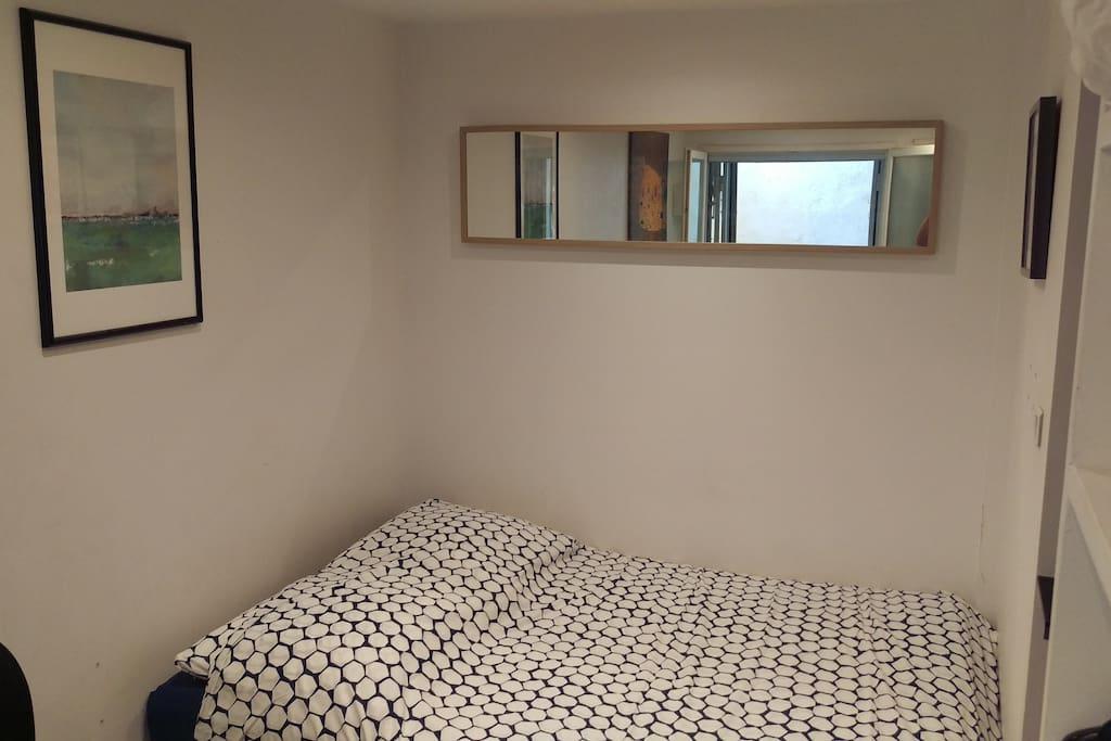 """Canapé-lit en position """"lit"""" avec un sur-matelas pour un confort optimal et des nuits douces"""