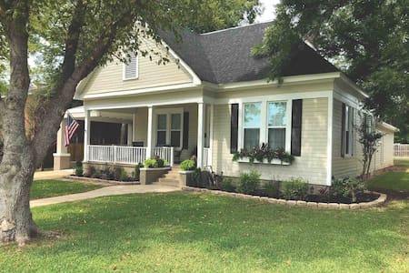 The Canebrake Cottage - Demopolis's Premier Airbnb