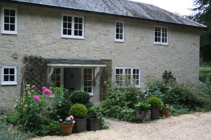 Comfy, king-sized bed in pretty rural farmhouse - Dinton - House