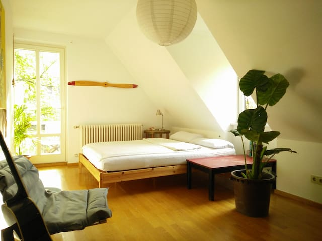 Friendly, light-flooded Room in quiet location - Gräfelfing - Rumah