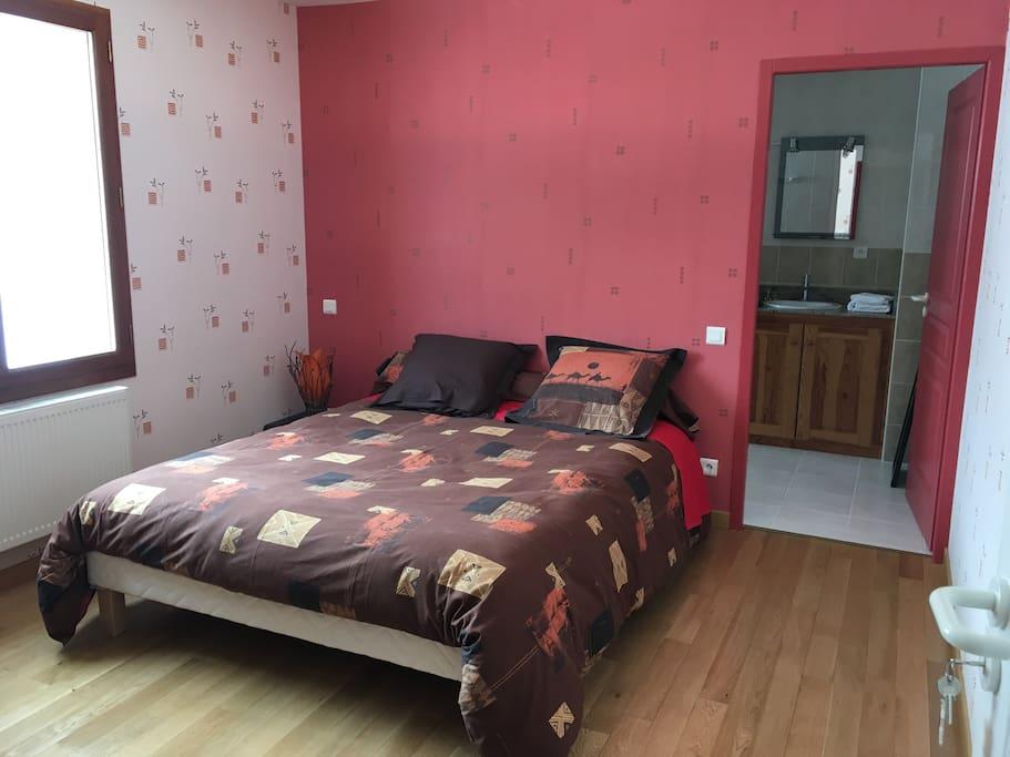 La chambre rouge avec sa salle d'eau