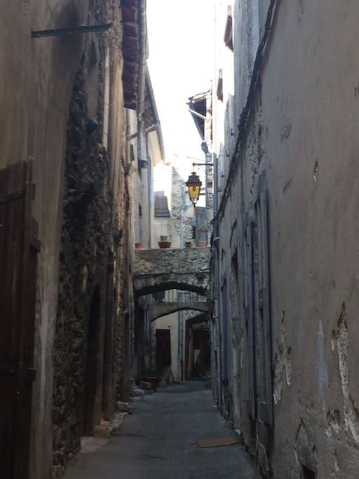 petite rue au centre du village