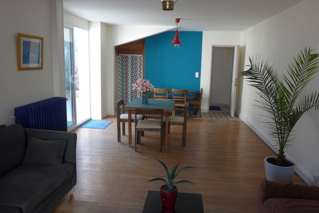Un salon/salle à manger confortable et lumineux